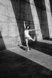 Frau tanzt vor Schattenwand
