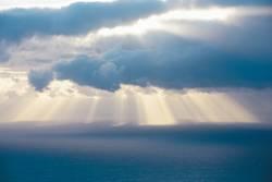 Sonnenstrahlen über dem Atlantik