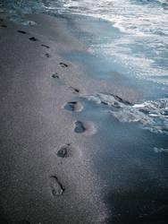 Fußspuren in vulkanischem Sand