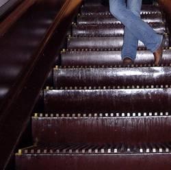 Auf der Rolltreppe im Kaufhaus...