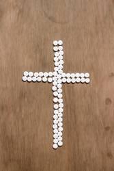 Kreuz aus Tabletten