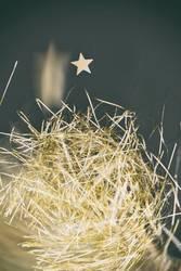 abstrahierter Weihnachtsbaum aus Lametta