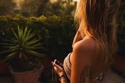 Schöne Frau mit Tattoo