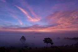 Gebirgstal während des Sonnenaufgangs bei Thung Salaeng Luang