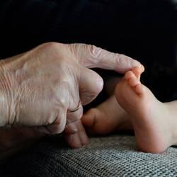 Hand (86) berührt Fuß (1), also ein Bild mit Hand und Fuß.