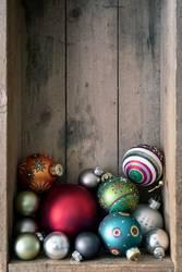Weihnachtskugeln in der Holzkiste