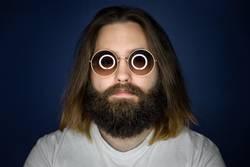Bärtiger junger Mann mit Sonnenbrille