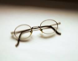 Brille vor Weiß