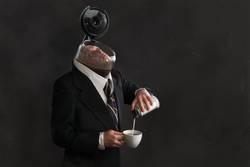 Angestellter schwimmt im Kaffepott