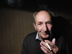 Großvater raucht.