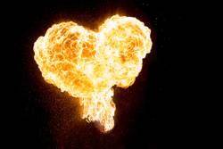 Brennendes Herz der Liebe aus Feuer und Flammen voller Energie