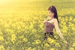 Hübsches Mädchen in Jugend Sommer Sonne mit gelben Natur Blumen