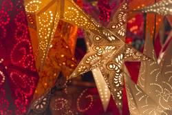 Sterne für Weihnachten leuchten bunte Farben auf Weihnachtsmarkt