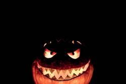 Gruseliger geschnitzter Halloween Kürbis lacht ironisch