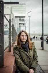 Junge Frau am Rheinhafen