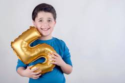 Lächelnder Geburtstags-Junge