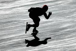 Silhouette eines Eisschnellläufers im Gegenlicht