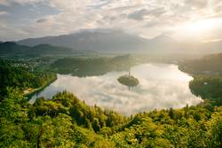 Bleder See mit Marienkirche in Slowenien im Morgenlicht