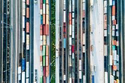Güterzüge und Fracht Container in einem Container Terminal