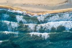 Türkisblaues Meer und Wellen am Sand Strand