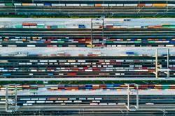 Güterzüge und bunte Container in einem Logistik Bahnhof