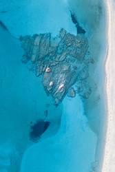 Herzförmige Felsen im türkisblauen Wasser am Strand von oben
