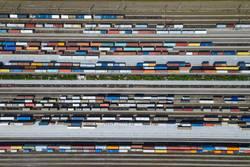 Güterzüge und Container auf Gleisen von oben