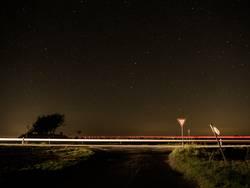 Lichtspur in der Nacht, mit Sternenhimmel