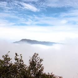 Berggipfel und Wolkental