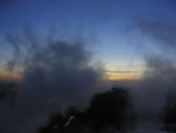 Dampfwolken bei Sonnenuntergang
