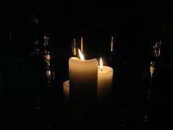 Kerzen im Flaschenwald