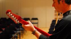 Gibson Firebird vor leeren Stühlen