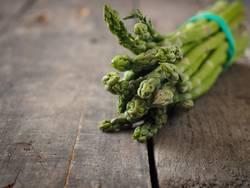 Grüner Bio Spargel auf einem Holztisch