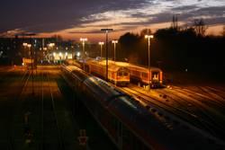 Bahnschienen bei Nacht