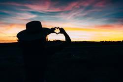 Frauensilhouette im schönen Sonnenuntergang