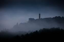 Düsternis und Nebelschwaden