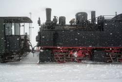 alte Dampflok im Schnee