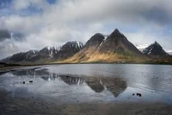 schneebedeckte Gipfel spiegeln sich