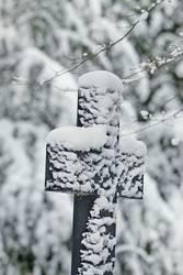 Trauerkreuz im Schnee