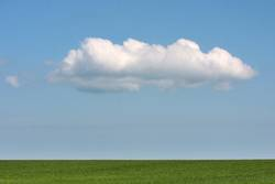 Dekowolke über grünem Acker