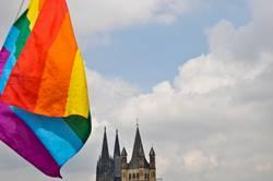 Cologne Pride - Kölner Stolz (Regenbogenfahne vorm Kölner Dom)