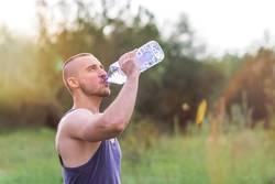 Sportler trinkt nach dem Training, Outdoor