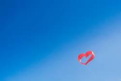 Rotes Herz am Himmel. Valentinstag, Hochzeit, Liebe, Verlobung