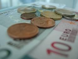 Münzen auf Scheinen