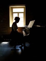 Klavier im Schatten