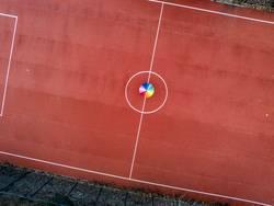 Regenbogeschirm auf rotem Spielfeld
