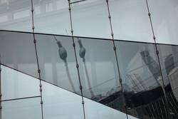 Fernsehturm in einer Spiegelung