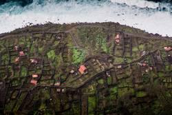 Kleines Dorf am Meer