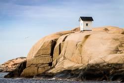 Fischerhütte auf Felsen in den Schären