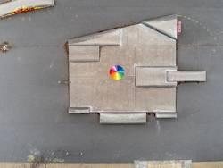 Regenbogeschirm auf grauer Fläche